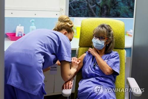 아스트라제네카 백신 맞는 프랑스 의료진의 모습