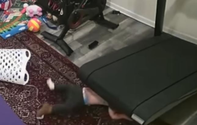 펠로톤의 러닝머신 트레드+ 기종 인근에 있던 한 아동이 기기에 빨려 들어가 밑에 깔리는 사고가 발생했다.[CPSC 유튜브. 재판매 및 DB금지.]