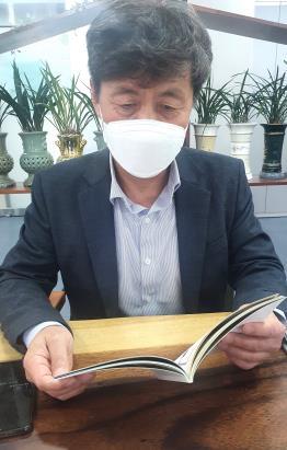 '비채나움'의 휴게공간서 책자 살펴 보는 김종선 청주시 정책기획과장