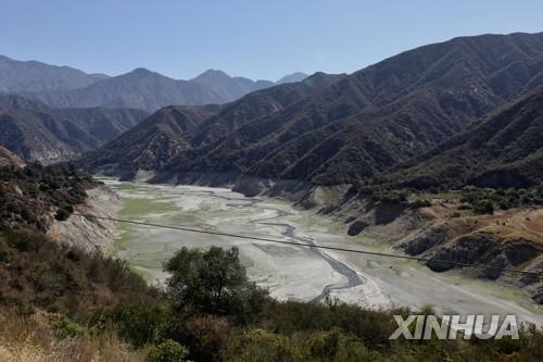 가뭄으로 말라버린 로스앤젤레스 카운티의 한 저수지