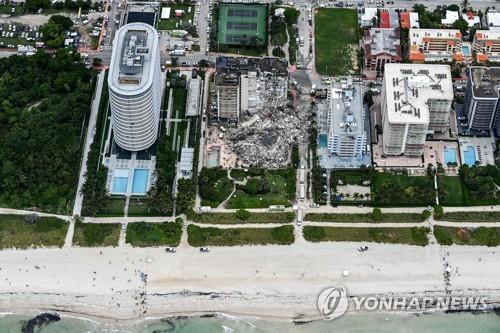 미국 플로리다주 마이애미에서 붕괴한 아파트 [AFP=연합뉴스]