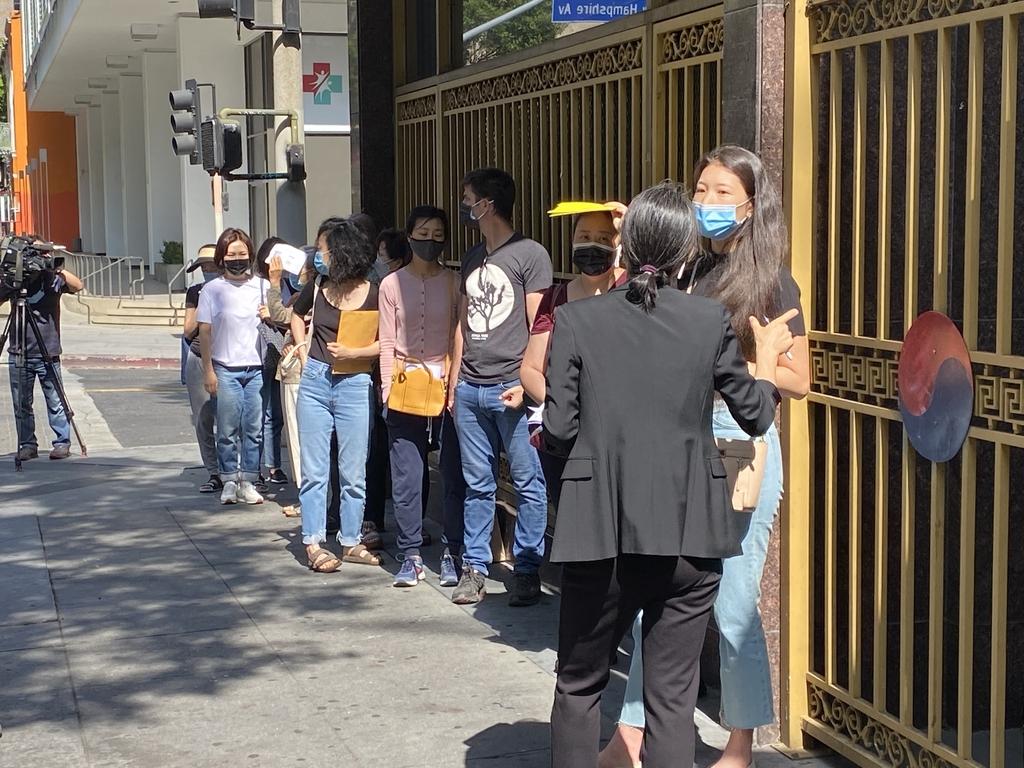 LA 영사관 앞에서 자가격리 면제서 접수 차례를 기다리는 한인들