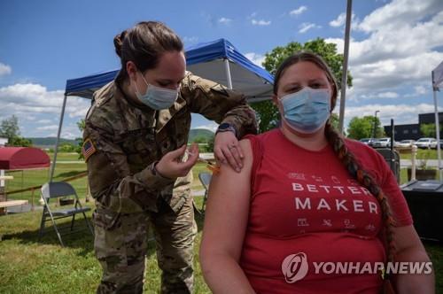 6월 29일(현지시간) 미 버몬트주의 한 임시 백신 접종소에서 한 여성이 주방위군으로부터 코로나19 백신을 맞고 있다. [AFP=연합뉴스]