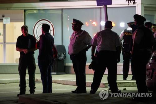 병원 앞으로 모이는 미국 경찰들