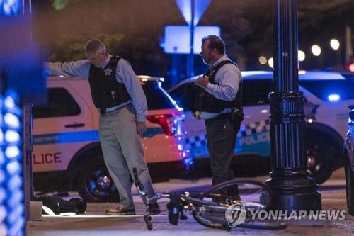 미 시카고 샌드위치 가게 앞 총격 현장 조사하는 경찰 [시카고 선타임스/AP=연합뉴스 자료사진]