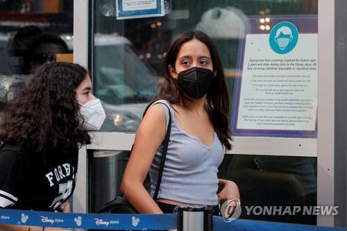 (뉴욕 로이터=연합뉴스) 신종 코로나바이러스 감염증(코로나19) 델타 변이 확산으로 비상인 미국 뉴욕의 타임스스퀘어에서 27일(현지시간) 마스크를 쓴 시민이 디즈니 스토어에 입장하고 있다.