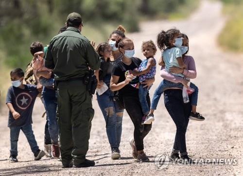 미국에 입국하려는 멕시코 이민자 가족