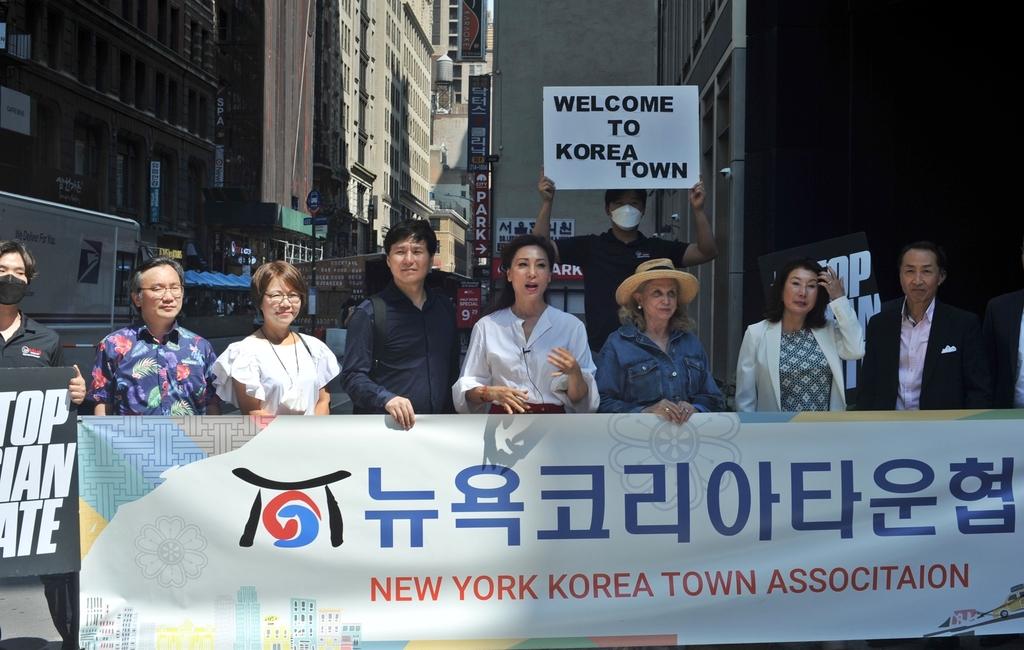 [뉴욕=연합뉴스] 김민선 한인이민사박물관장(중앙)과 캐럴린 멀로니 하원 감독개혁위원장(우측 세번째)
