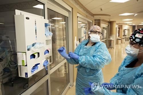 코로나 환자용 음압병실 앞에 있는 미국 의료진