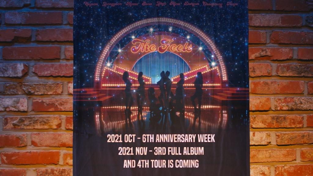 트와이스 '더 필스' 뮤직비디오에 등장한 스케줄 포스터