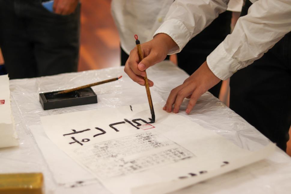 붓글씨로 '한글'을 쓰고 있는 '코리안 알파벳 데이'참가자들