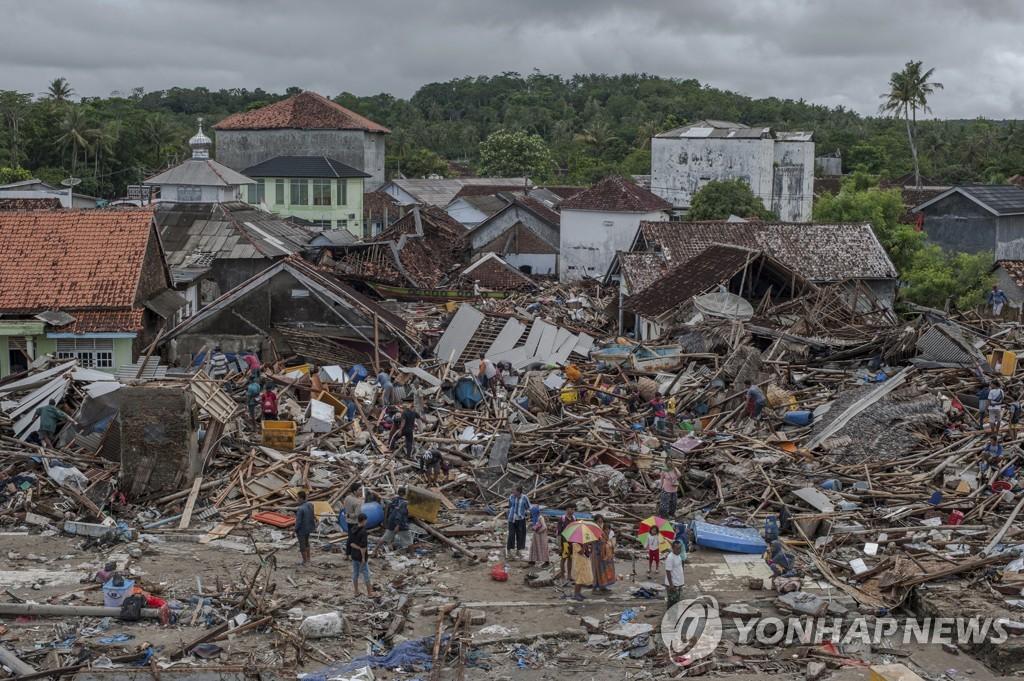 2018년 12월 24일 쓰나미가 덮쳐 폐허가 된 인도네시아 반텐 주 판데글랑 지역 수무르 마을에서 주민들이 주변을 살피고 있다. [AP=연합뉴스자료사진]