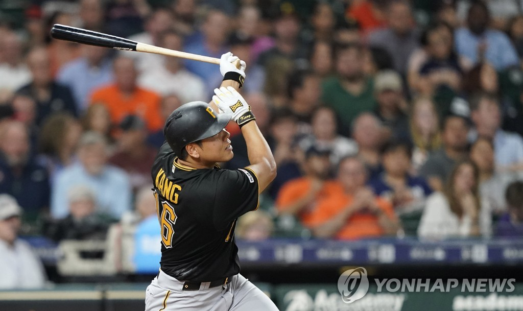In this Associated Press file photo from June 26, 2019, Kang Jung-ho of the Pittsburgh Pirates hits a two-run home run against the Houston Astros in the top of the sixth inning of a Major League Baseball regular season game at Minute Maid Park in Houston. (Yonhap)