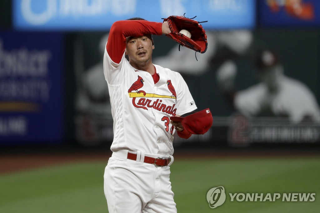 In this Associated Press photo, Kim Kwang-hyun of the St. Louis Cardinals wipes off sweat during the top of the ninth inning of a Major League Baseball regular season game against the Pittsburgh Pirates at Busch Stadium in St. Louis on July 24, 2020. (Yonhap)