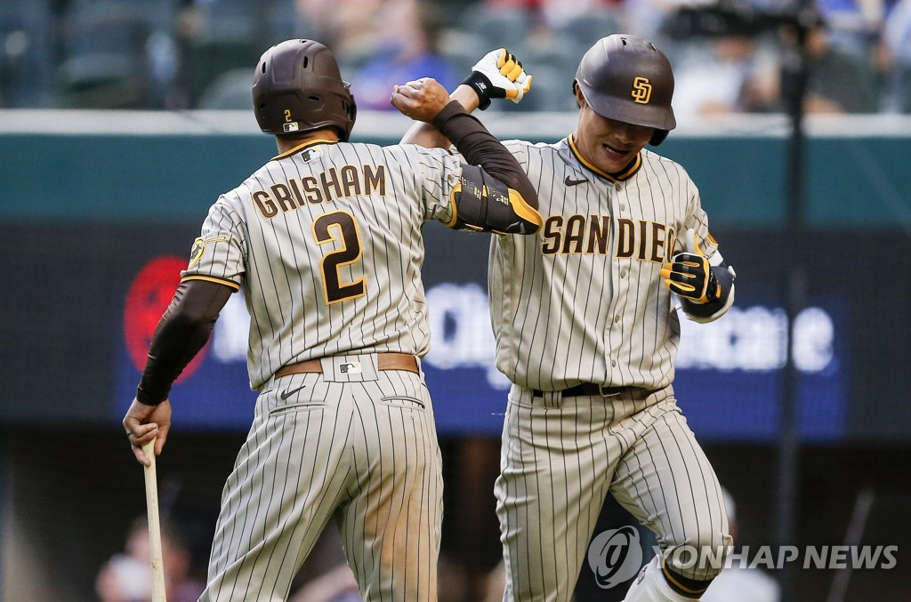 In this Associated Press photo, Kim Ha-seong of the San Diego Padres (R) is congratulated by Trent Grisham after hitting a home run against the Texas Rangers during the top of the fifth inning of a Major League Baseball regular season game at Globe Life Field in Arlington, Texas, on April 10, 2021. (Yonhap)