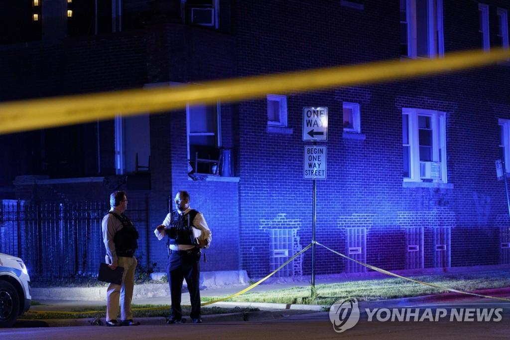 미국 일리노이주(州) 시카고에서 지난달 15일(현지시간) 총격사건이 발생해 경찰이 수사하고 있다. [시카고트리뷴/AP=연합뉴스 자료사진]