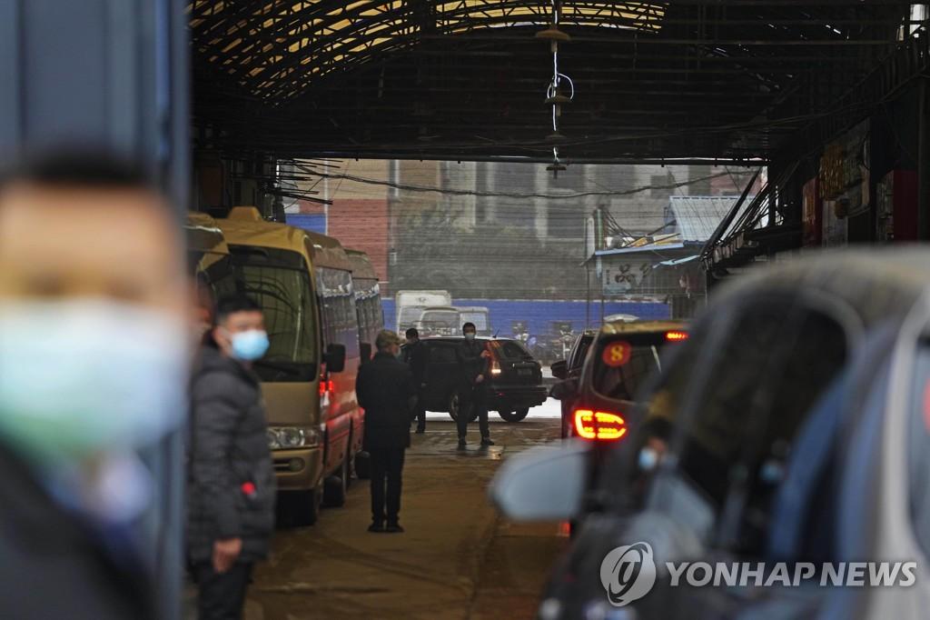 1월31일 WHO 1차 조사팀을 태운 차량이 중국 우한시 수산물시장으로 들어가는 장면