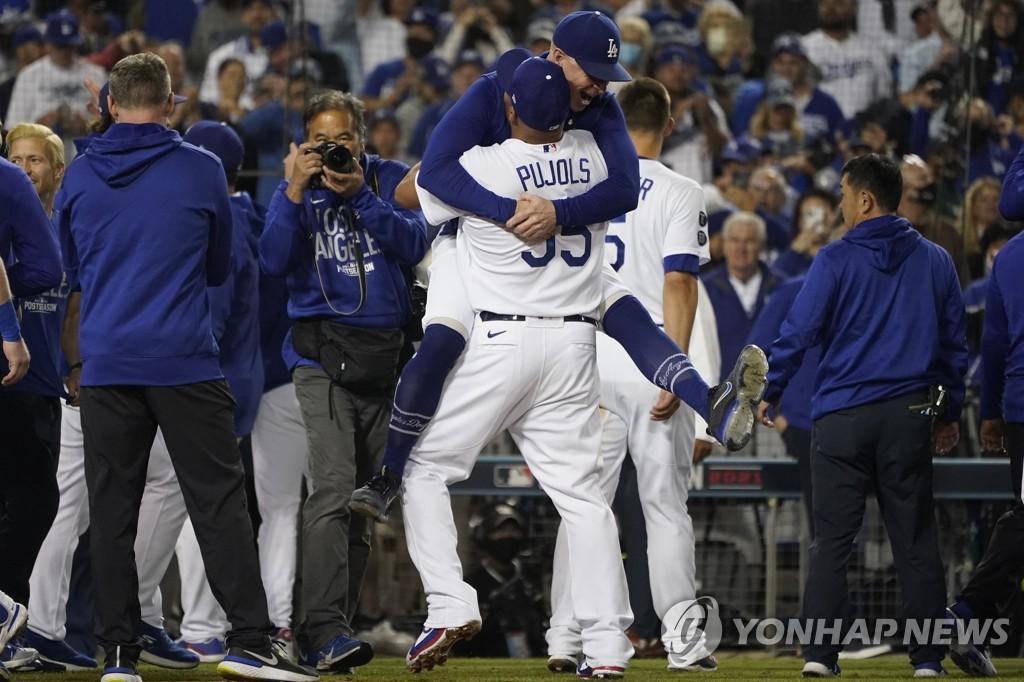 와일드카드 결정전 승리 기뻐하는 다저스 선수들