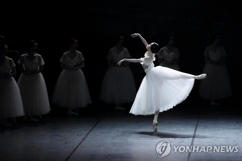 "This photo provided by the Korean National Ballet shows Kim Ji-young dancing in ""Giselle."" (PHOTO NOT FOR SALE) (Yonhap)"