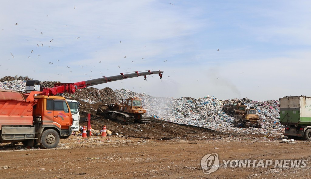 A landfill is pictured in this file photo provided by the Sudokwon Landfill Site Management Corp. (PHOTO NOT FOR SALE) (Yonhap)