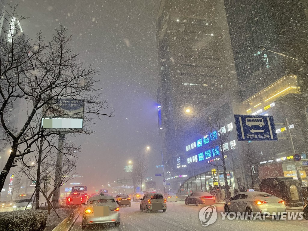A district in southern Seoul is covered in snow in January 2021. (Yonhap)