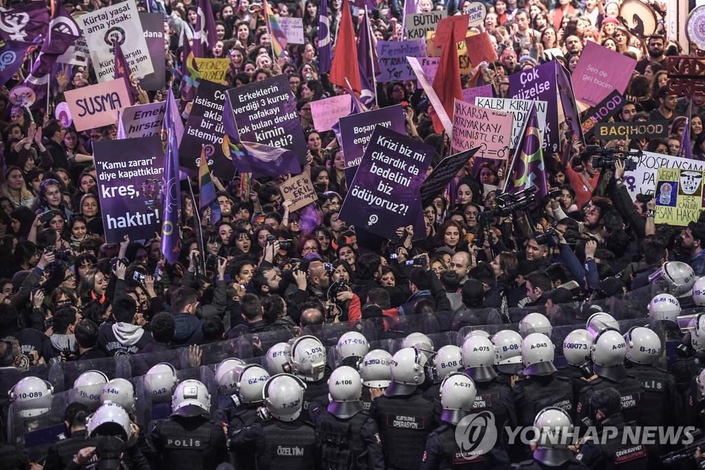 8일 밤 세계 여성의 날 집회 참가자와 대치한 경찰
