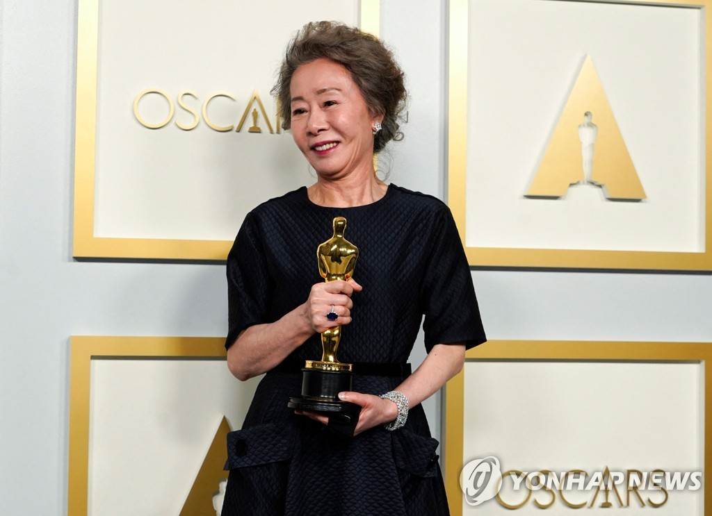 "In this AFP photo, Youn Yuh-jung, winner of the award Actress in a Supporting Role for ""Minari,"" poses in the press room at the Oscars on April 25, 2021, at Union Station in Los Angeles. (Yonhap)"