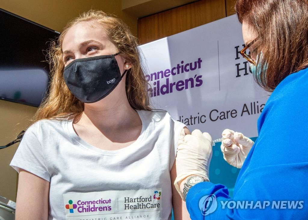 미국 코네티컷주에서 화이자 백신을 접종하는 여성