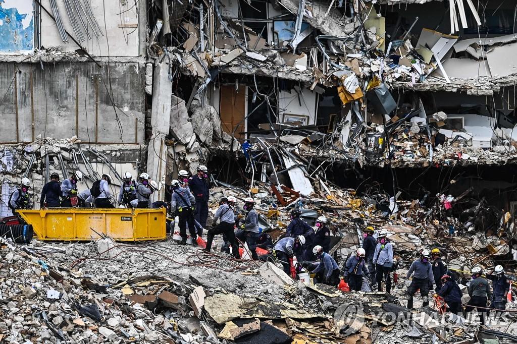 미국 플로리다 아파트 붕괴사고 구조현장 [AFP=연합뉴스]
