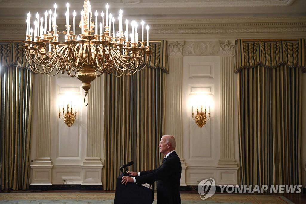 조 바이든 미국 대통령이 9일(현지시간) 워싱턴DC 백악관에서 신종 코로나바이러스 감염증(코로나19) 확산을 억제하기 위한 대책을 발표하고 있다. [AFP=연합뉴스]