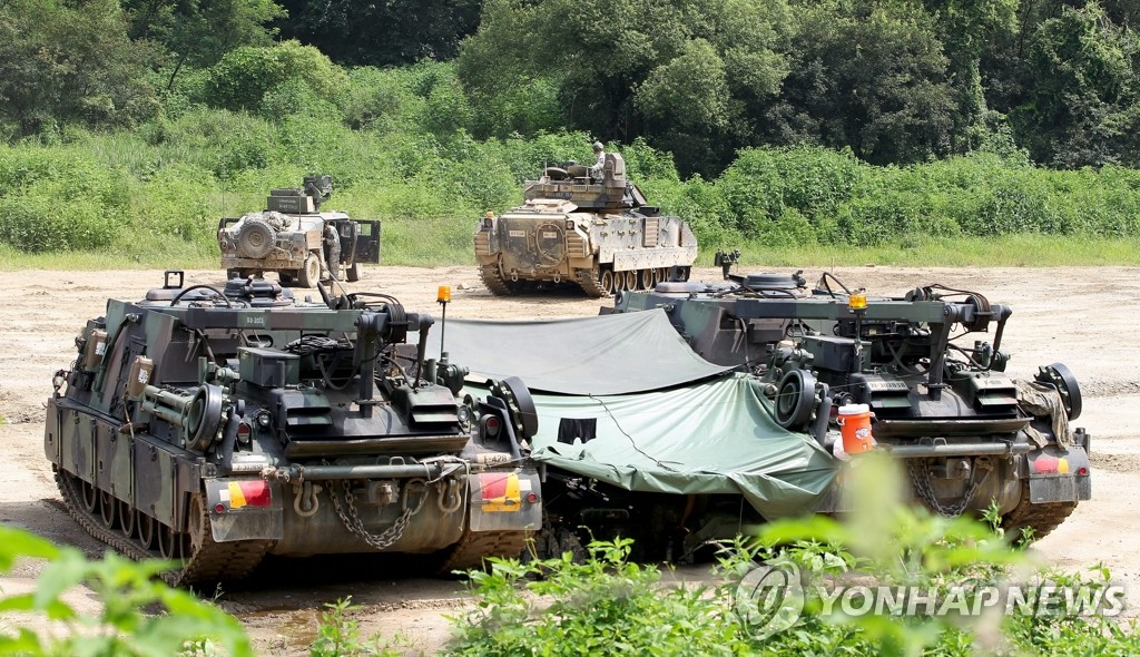 epa03832015 US soldiers of the 2nd Division and Bradley Infantry Fighting Vehicle (IFV), participate in the South Korean and US military forces joint 'Ulchi Freedom Guardian (UFG)' exercises in Ilsan-City in Gyeonggi-do, South Korea, 21 August 2013. The drills involve an estimate 50,000 South Korean troops and 30,000 US soldiers, of which about 3,000 are from overseas bases. EPA/JEON HEON-KYUN