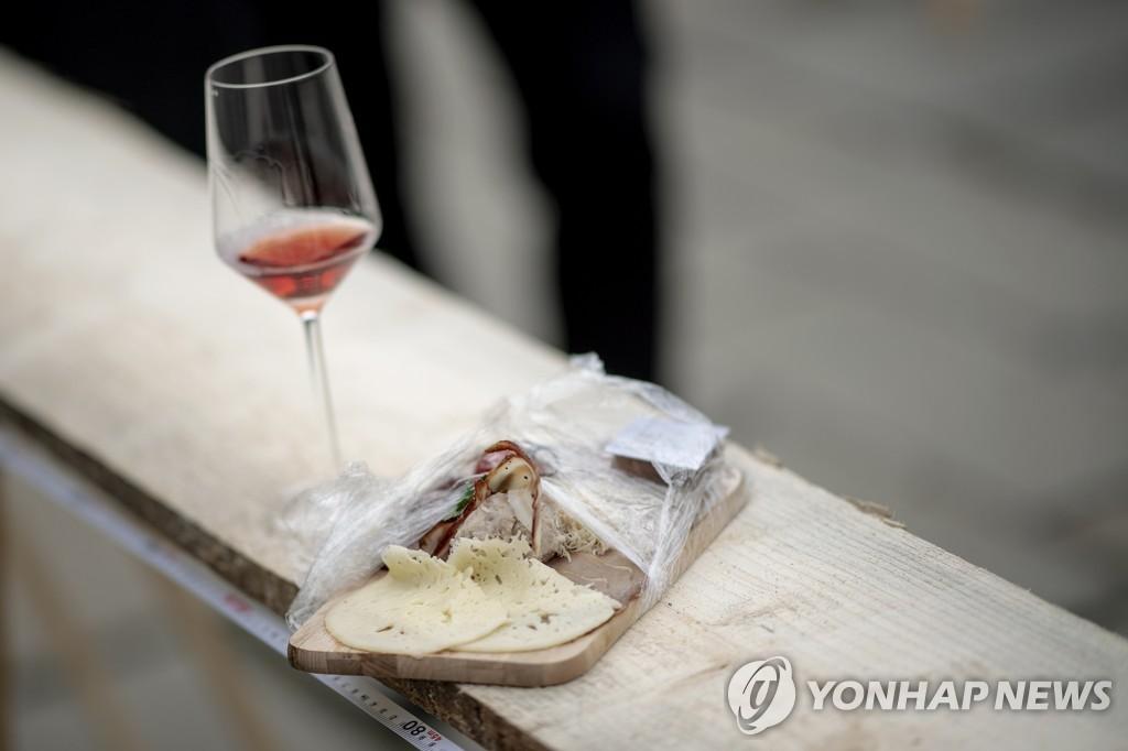 빵과 포도주 (AUSTRIA PHOTO SET BRETTLJAUSE WORLD RECORD ATTEMPT)