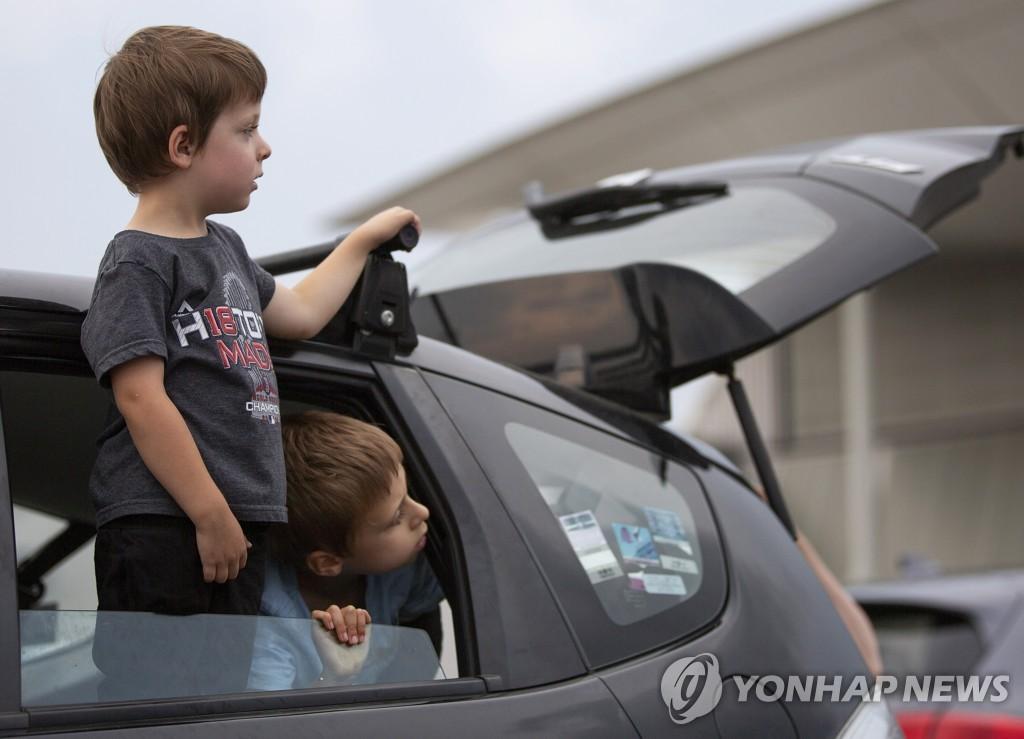 자동차에서 창밖에 몸을 내민 유아들. 사진은 기사와 직접 상관이 없음. [EPA=연합뉴스 자료사진]