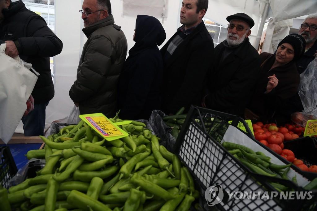 앙카라에서 정부가 운영하는 농산물 할인 판매대에 늘어선 줄