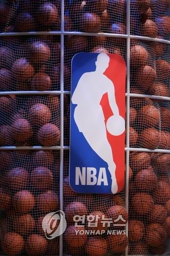 웨스트의 현역 시절 경기 모습에 기반을 둔 NBA 로고.