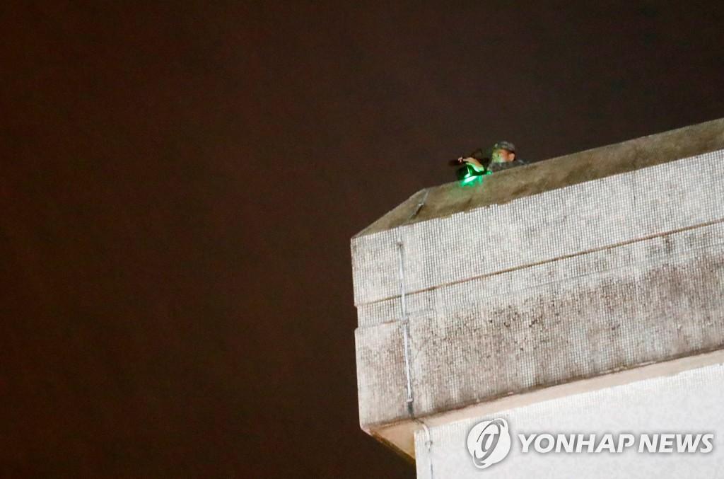 홍콩 주둔 중국군 막사에서 시위대를 지켜보는 중국군 병사