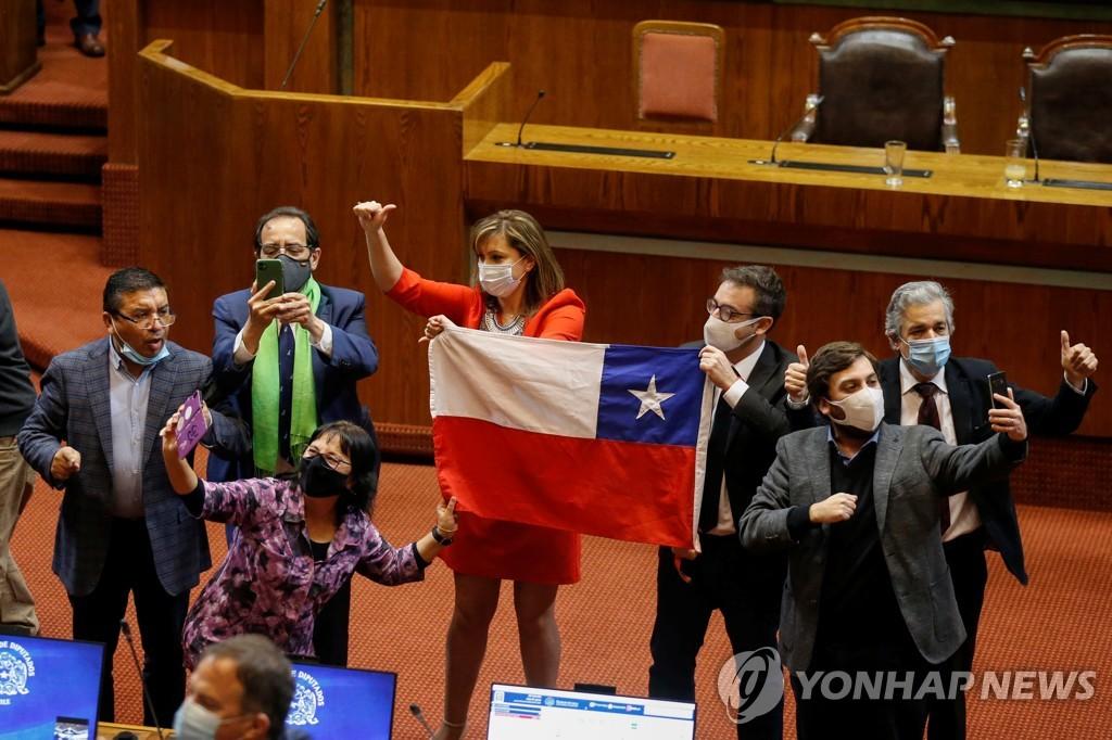 법안 통과에 환호하는 야당 의원들