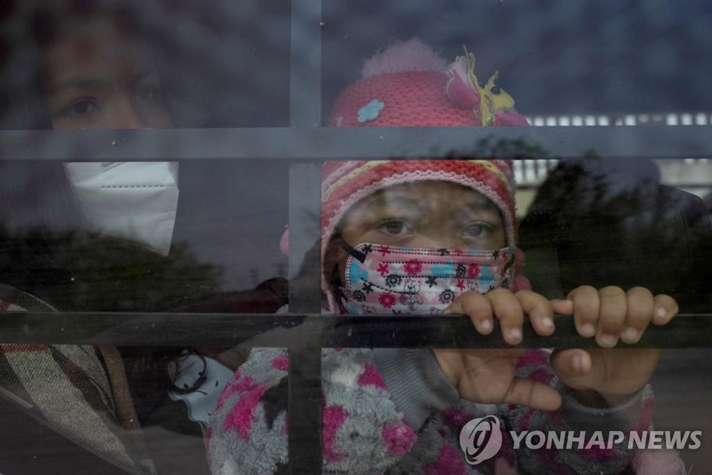 15일(현지시간) 미국 국경순찰대 차량에 타 있는 온두라스 이민자 소녀. [로이터=연합뉴스]