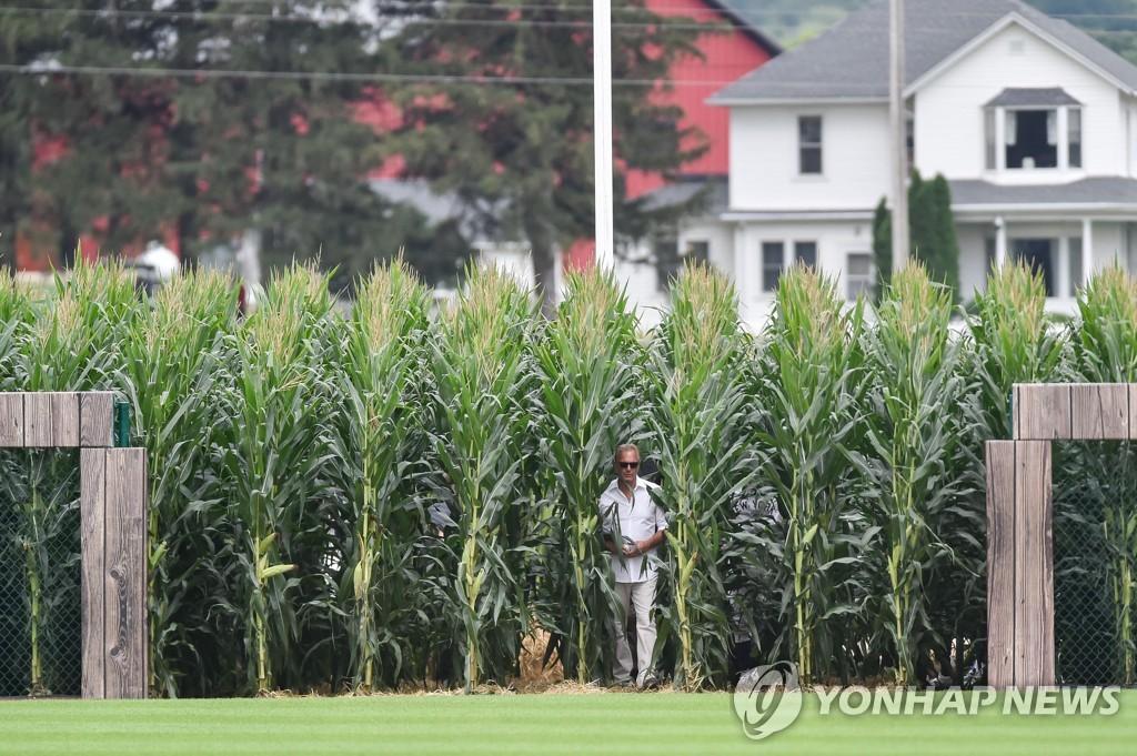 옥수수밭 통해 경기장 들어오는 코스트너