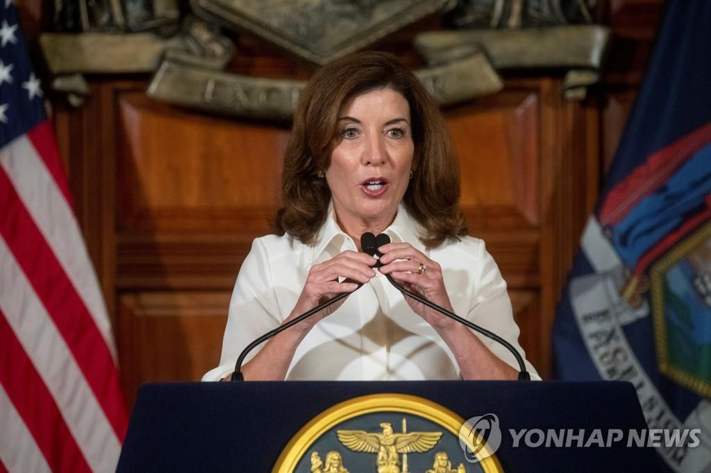 취임선서 후 발언하는 캐시 호컬 뉴욕주지사