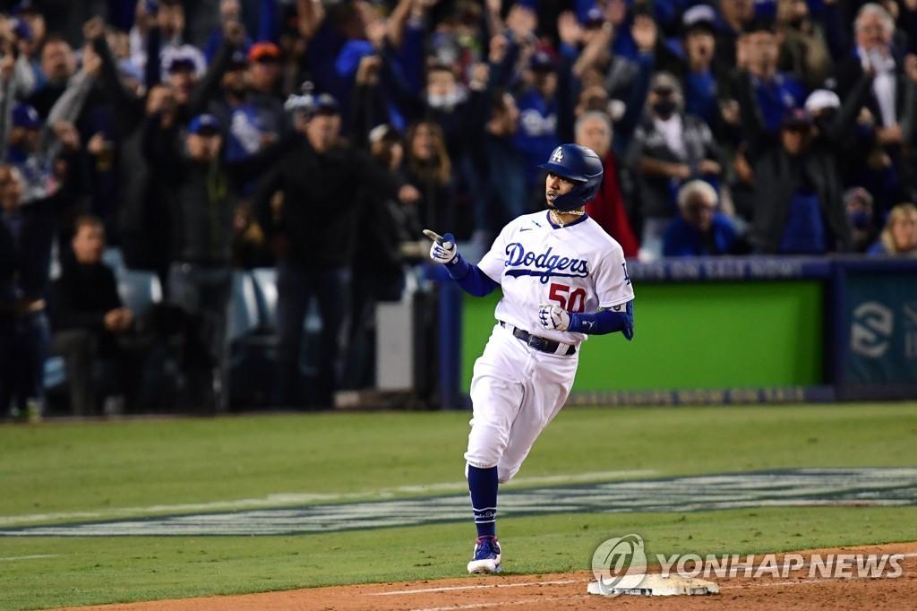 4-0으로 도망가는 2점 홈런 터뜨린 다저스 베츠