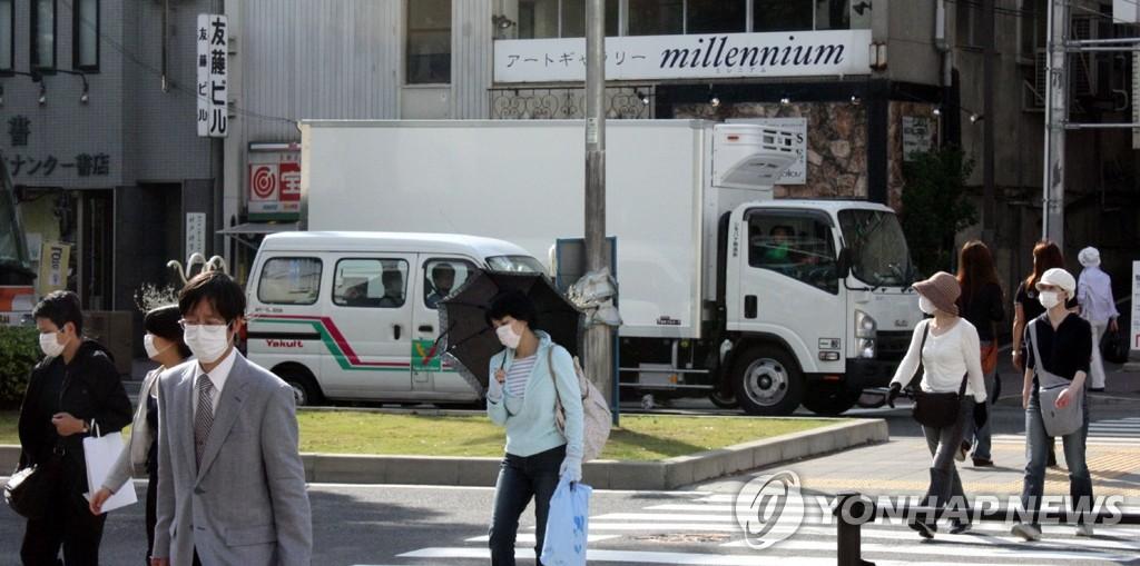 신종플루가 유행하던 지난 2009년 5월 촬영된 일본 고베(神戶)시 모습. 행인들이 흰색 마스크를 쓰고 걸어가고 있다. [연합뉴스 자료사진]