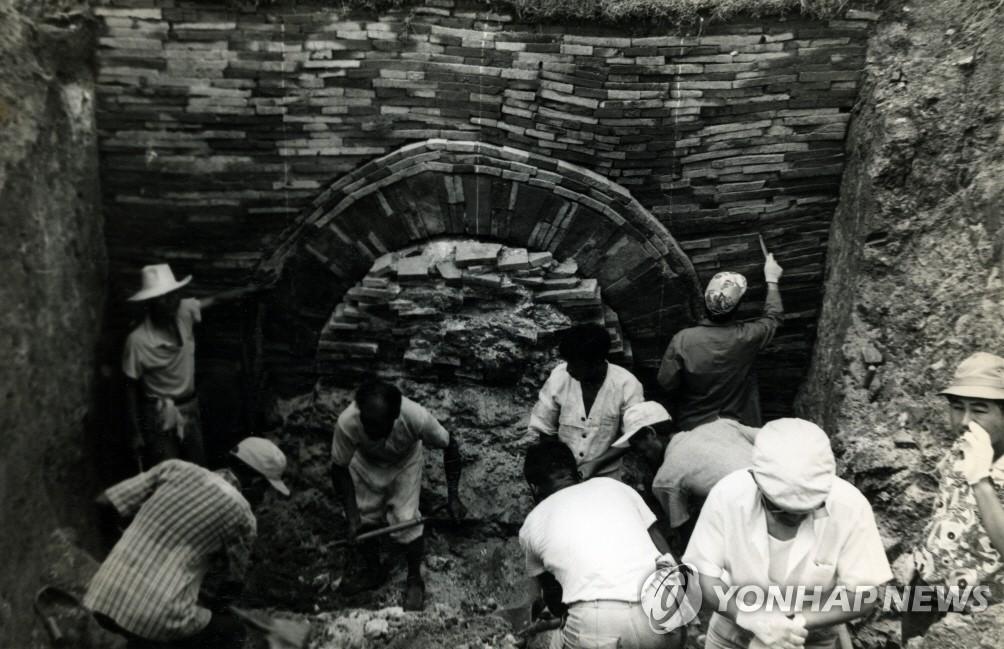무령왕릉 발굴 모습