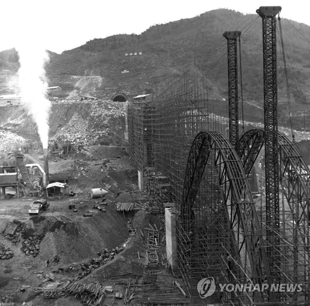 1969년 경부고속도로공사현장(대전육교)