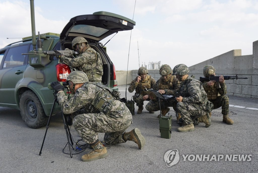 Troops engage in South Korea-U.S. combined marine drills on Baengnyeong Island on Nov. 6, 2017 in this photo provided by Seoul's Marine Corps. (Yonhap)
