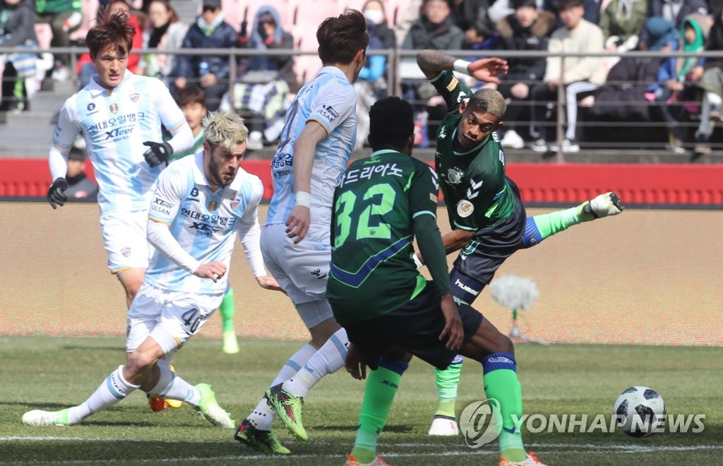In this file photo taken March 1, 2018, the players from Ulsan Hyundai FC (white) and Jeonbuk Hyundai Motors FC (green) compete in their K League 1 opening match at Jeonju World Cup Stadium in Jeonju, North Jeolla Province. (Yonhap)