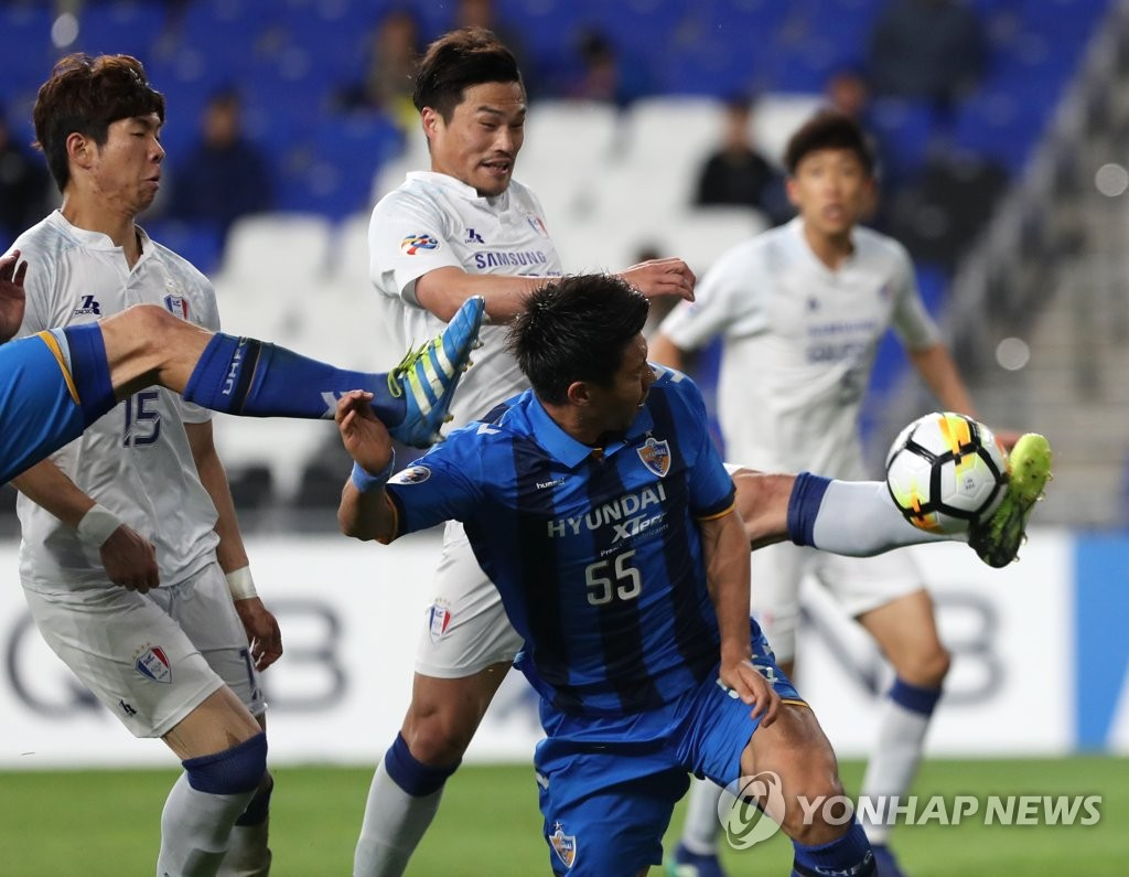 This file photo taken May 9, 2018, shows Suwon Samsung Bluewings midfielder Kim Eun-sun (C, rear) kicking the ball during an AFC Champions League round of 16 match against Ulsan Hyundai FC in Ulsan. (Yonhap)