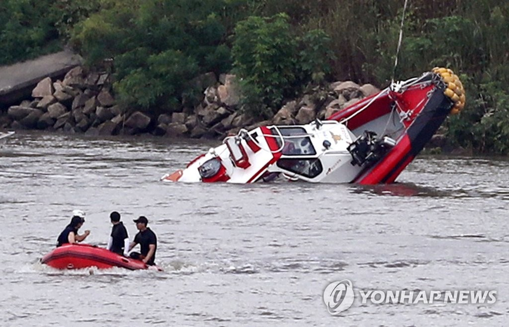 This photo shows the rescue boat that carried two missing firefighters being recovered from the lower Han River on Aug. 13, 2018, near Gimpo Bridge in the same city, just west of Seoul. (Yonhap)