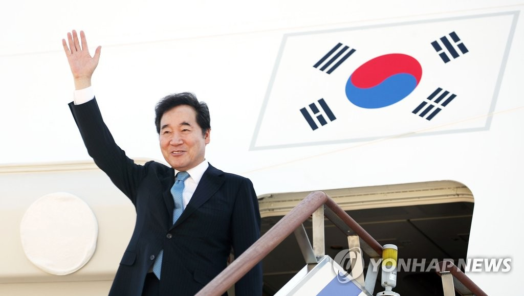 South Korean Prime Minister Lee Nak-yon waves on the Air Force One stairs at Seoul Air Base just south of Seoul for a trip to Indonesia to attend the opening ceremony of the Asian Games on Aug. 18, 2018. (Yonhap)