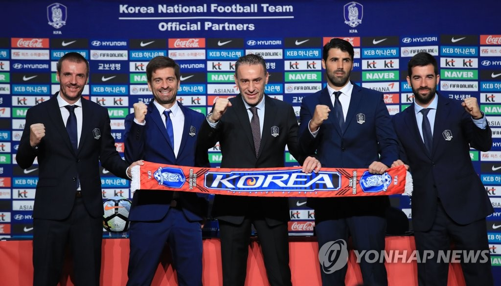 In this file photo taken on Aug. 23, 2018, South Korea national football team head coach Paulo Bento (C) poses for a photo with his coaching staff at a hotel in Goyang, north of Seoul. (Yonhap)